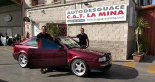 De izquierda a derecha, Carlos Ruiz, gerente Autodesguace CAT La Mina y Salvador Rubén, piloto del equipo Team Salru Competición.